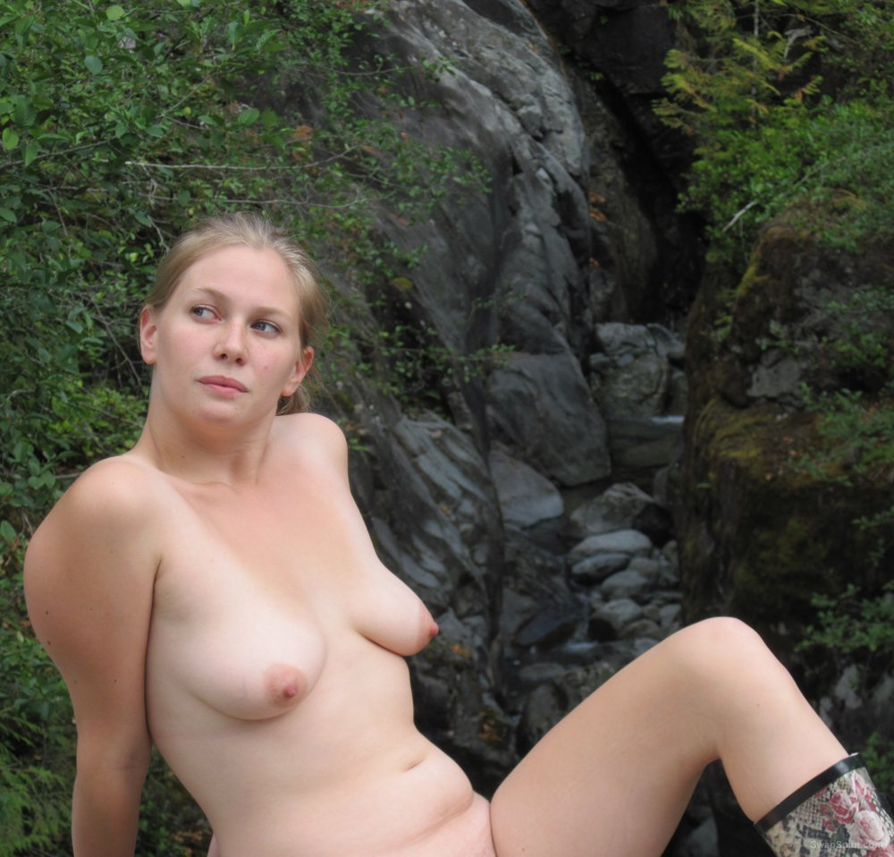 Sexy girlfriend posing for nude photos outdoors