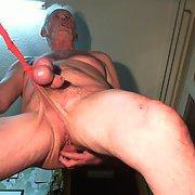 Slave_Ernst die Sau spielt an seinem Körper